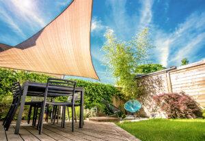 Stoff geben im Sommer- Sonnensegel und Markisen sicher befestigen