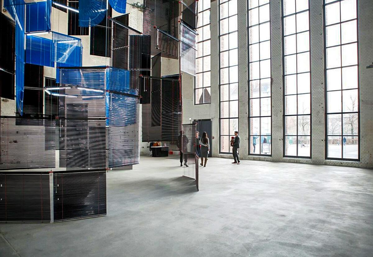 Innenansicht der eindrucksvollen Glasfassade im KINDL–Museum.