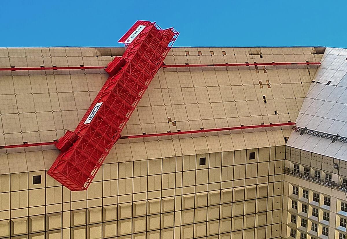 """Hängende Arbeitsplattform während der Sanierung des """"Grande Arche"""" bei Paris."""