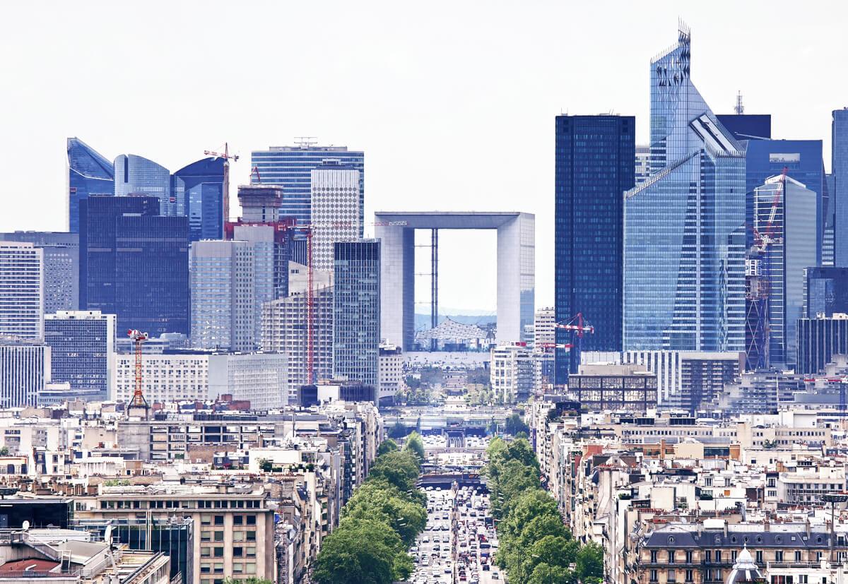 Das 110 Meter hohe Bürohochhaus La Grande Arche de la Fraternité in Puteaux, westlich von Paris.