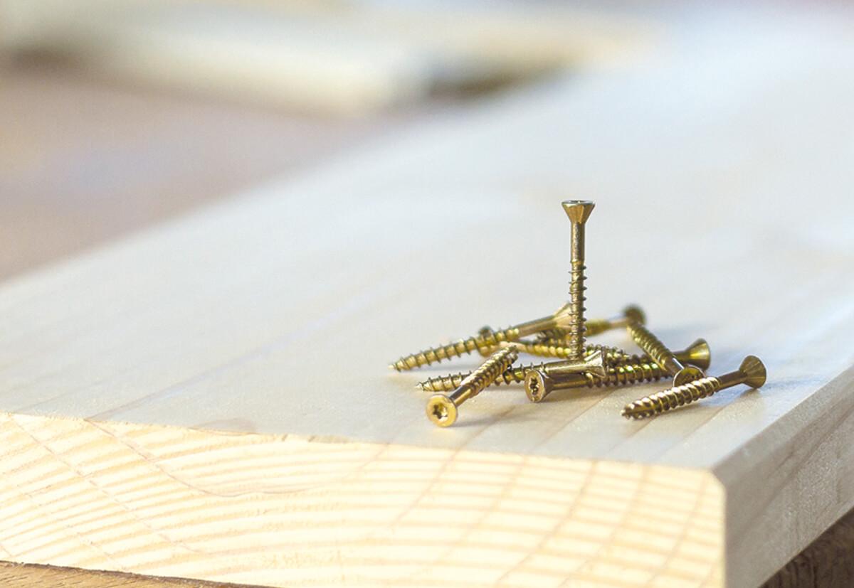 Die passende Schraube darf für die Befestigung von einem DIY-Regal nicht fehlen.