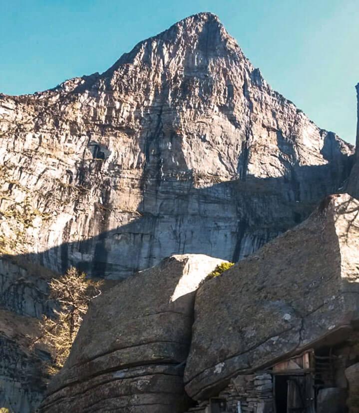 Sehenswert: Das Biwak vor der Südwand des Poncione d'Alnasca befindet sich in einer Steinhöhle.