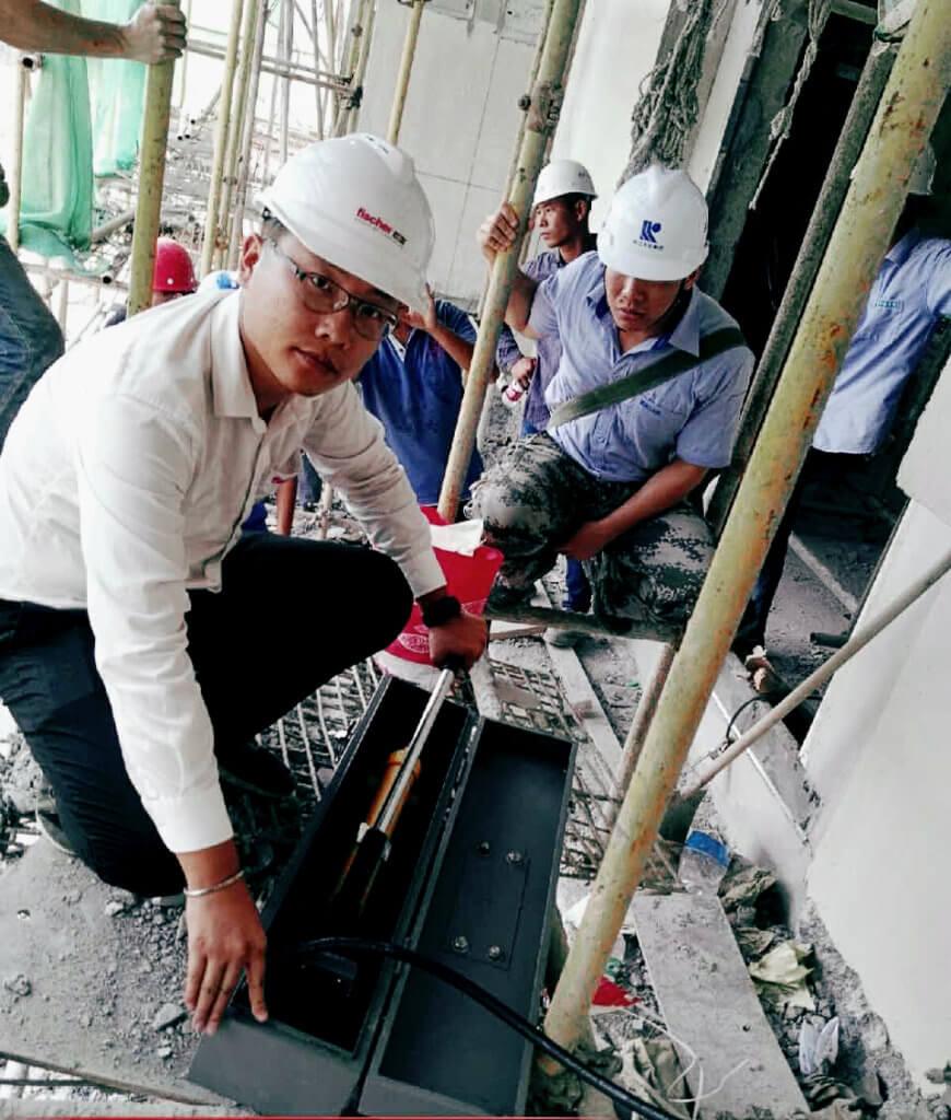Yafeng Zhang, Außendiensttechniker bei fischer in China, auf der Baustelle. Er begleitete den Bau der Hongkong-Zhuhai-Macau-Brücke.