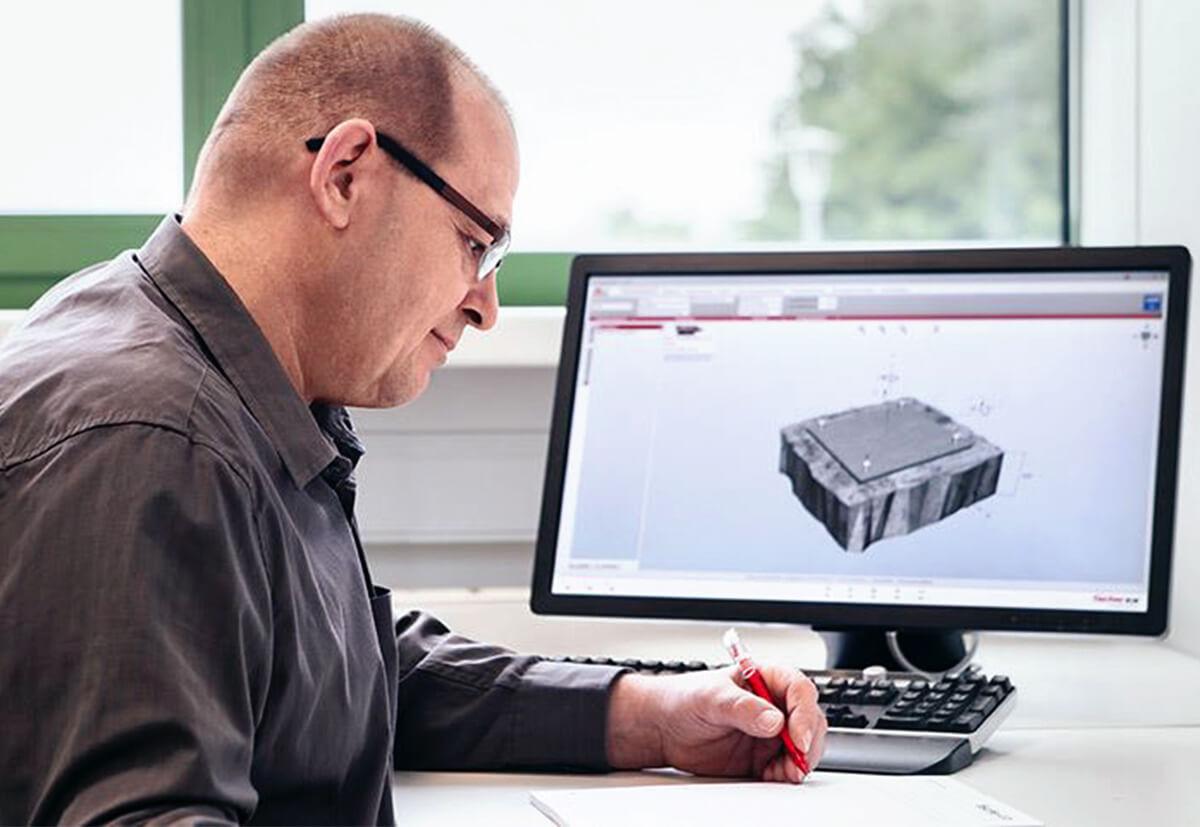 Ein Bauingenieur rechnet mit der Bemessungssoftware fischer FIXPERIENCE.