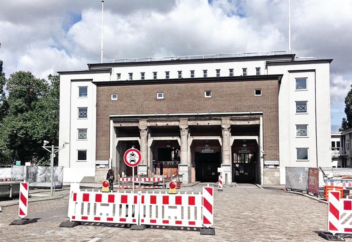 Auf der Insel Steinwerder befindet sich der Südeingang des St. Pauli Elbtunnels, der im Zweiten Weltkrieg stark beschädigt wurde.