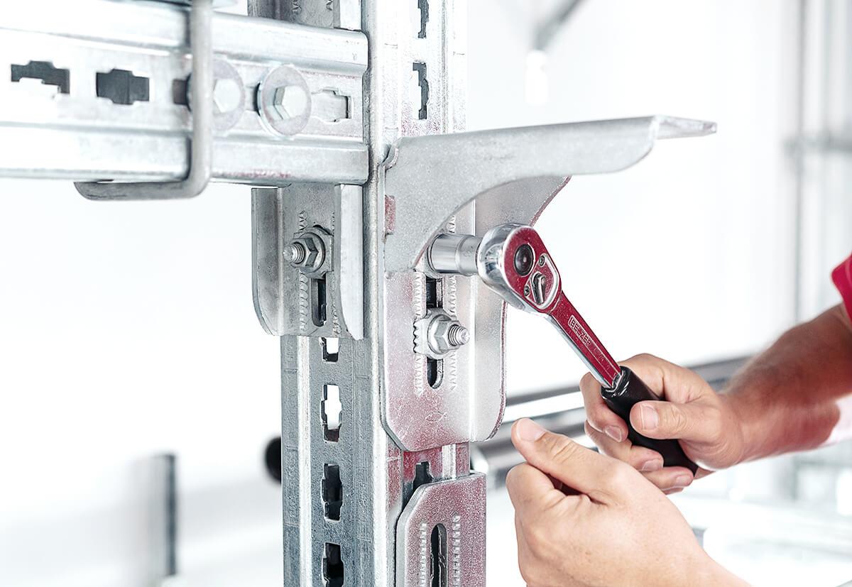 Durch die vorgefertigten Konstruktionselemente ist kein Schweißen vor Ort und keine umfangreiche Vorfertigung erforderlich.