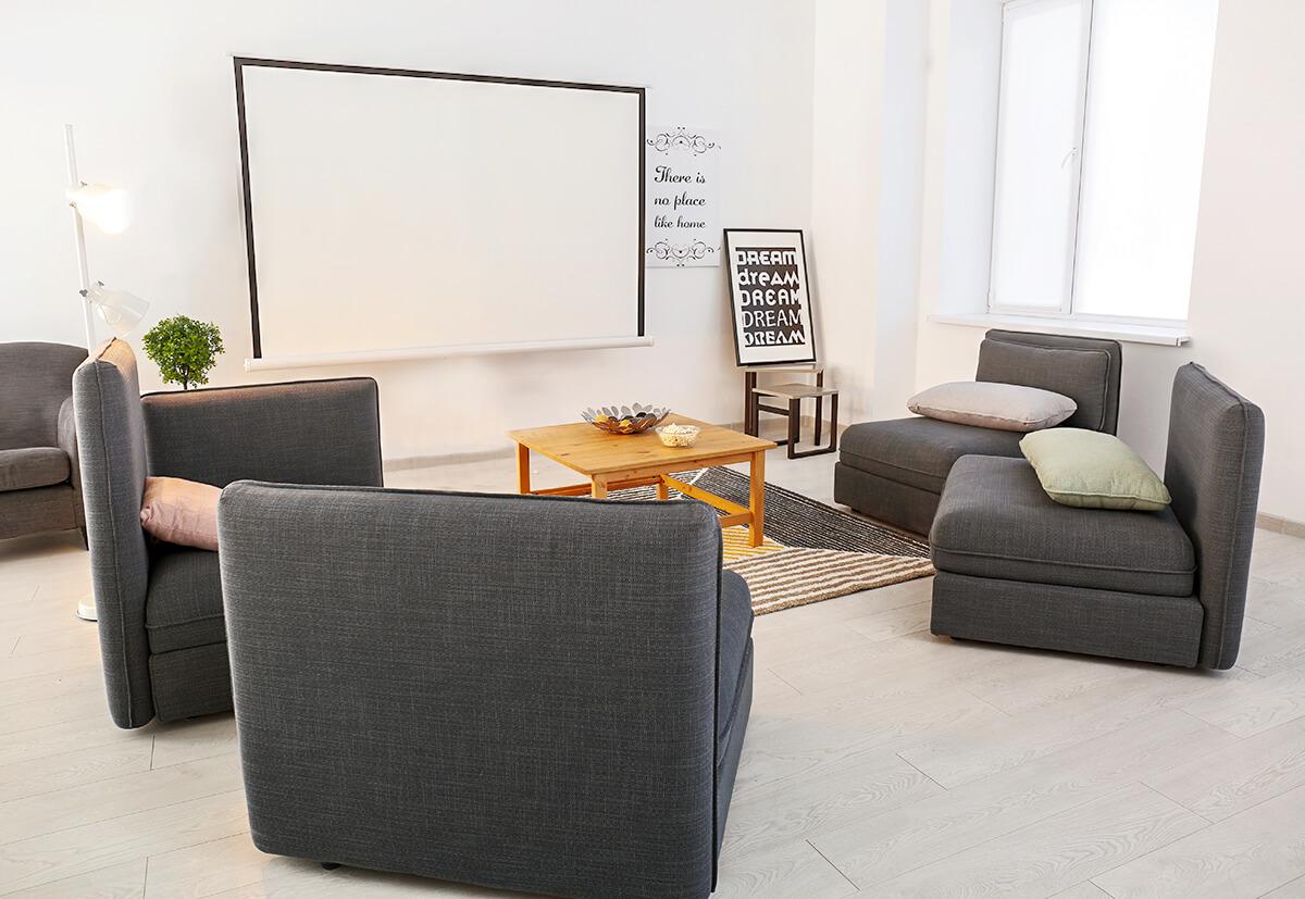 Film ab! Beamer und Leinwand sorgen für das Kino-Feeling im eigenen Zuhause. Wer das Heimkino-Equipmentsicher an Wand beziehungsweise Decke befestigt, vermeidet Risiken, spart Platzund wertet den Raum optisch auf.