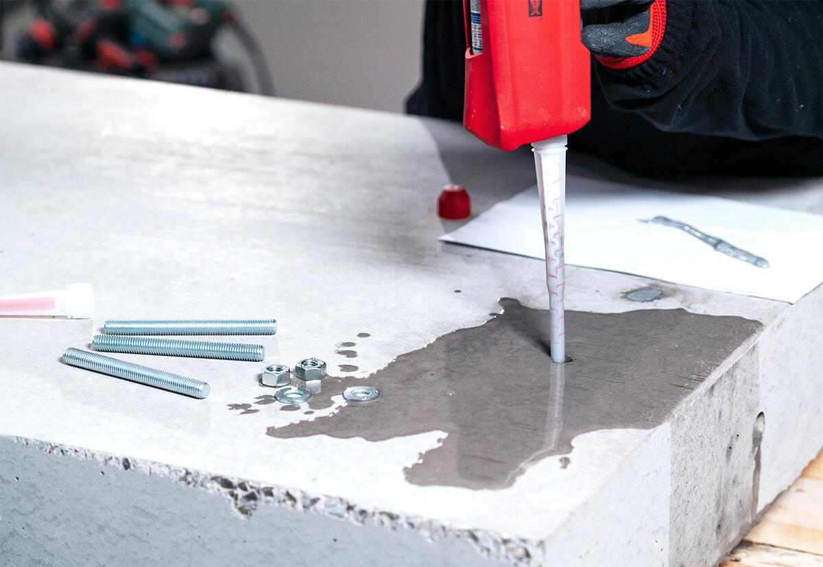 Bei der Injektion im wassergefüllten Bohrloch muss die Aushärtezeit beachtet werden.