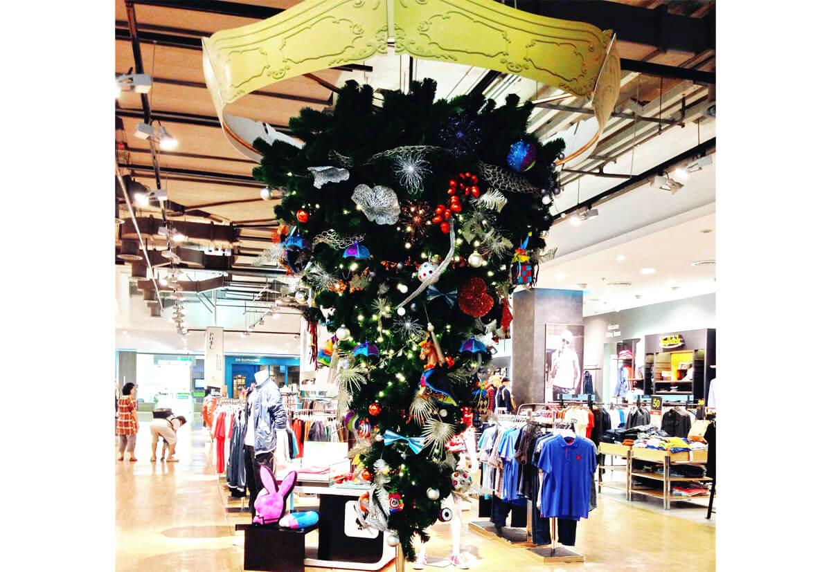 """Der """"upside down christmas tree"""" ist auch in Kaufhäusern ein beliebter Deko-Trend"""