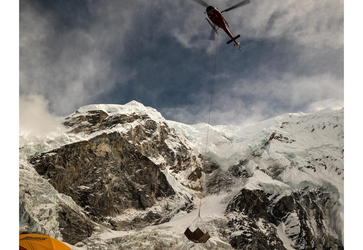 Der Helikopter im Anflug auf das Aufbau-Camp in 5000 Metern Höhe.