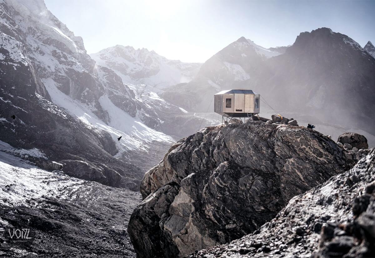 Notunterkunft auf 5080 Metern Höhe: Das David Lama Biwak bietet Einheimischen und Kletterern Unterschlupf in der Rolwaling-Region in Nepal. Copyright: Stefan Voitl