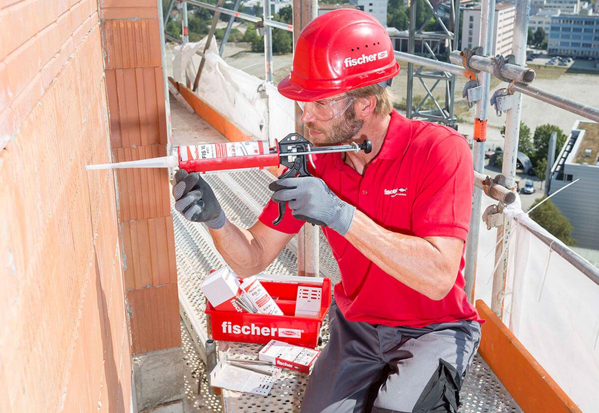 Ein Handwerker initiiert Mörtel in das Mauerwerk