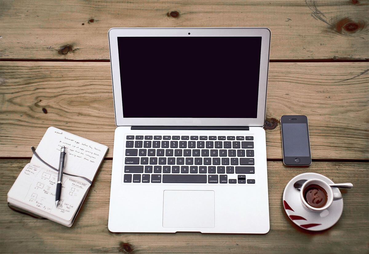 Ein Laptop auf dem Schreibtisch gehört zur Grundausstattung im Home office.