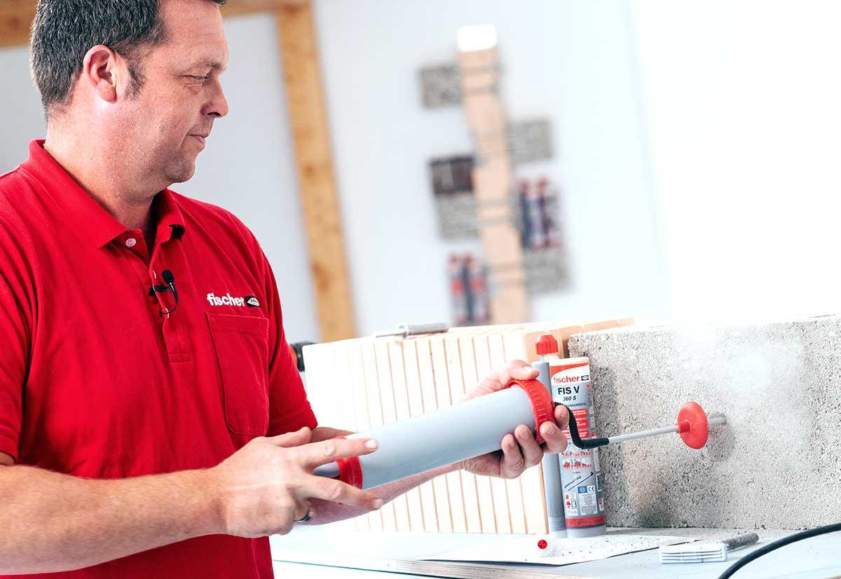 Die Bohrlochreinigung ist bei Mauerwerk elementar wichtig.