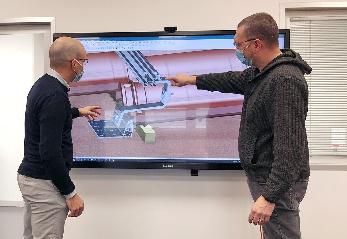 Entwickler betrachten auf einem Bildschirm die Simulation einer Befestigungslösung.