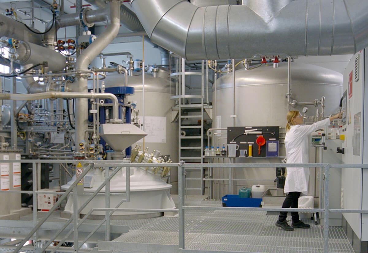 Eine Mitarbeiterin von fischer an den Produktionsanlagen in Denzlingen.
