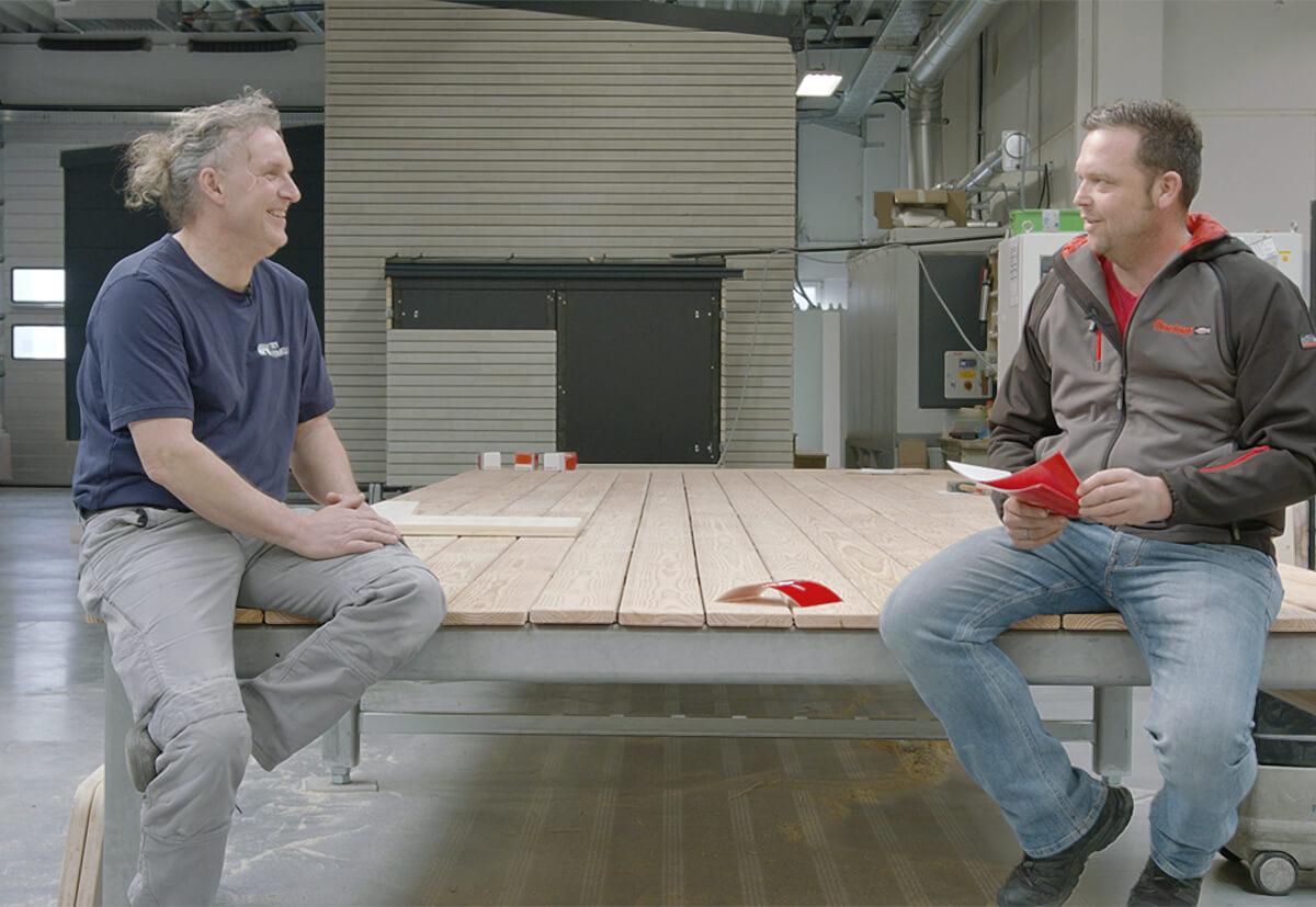 """Schreinermeister Thomas Fries von """"Tiny Homeland"""" spricht mit Stefan Huber von fischer über die Fertigung eines Tiny House."""