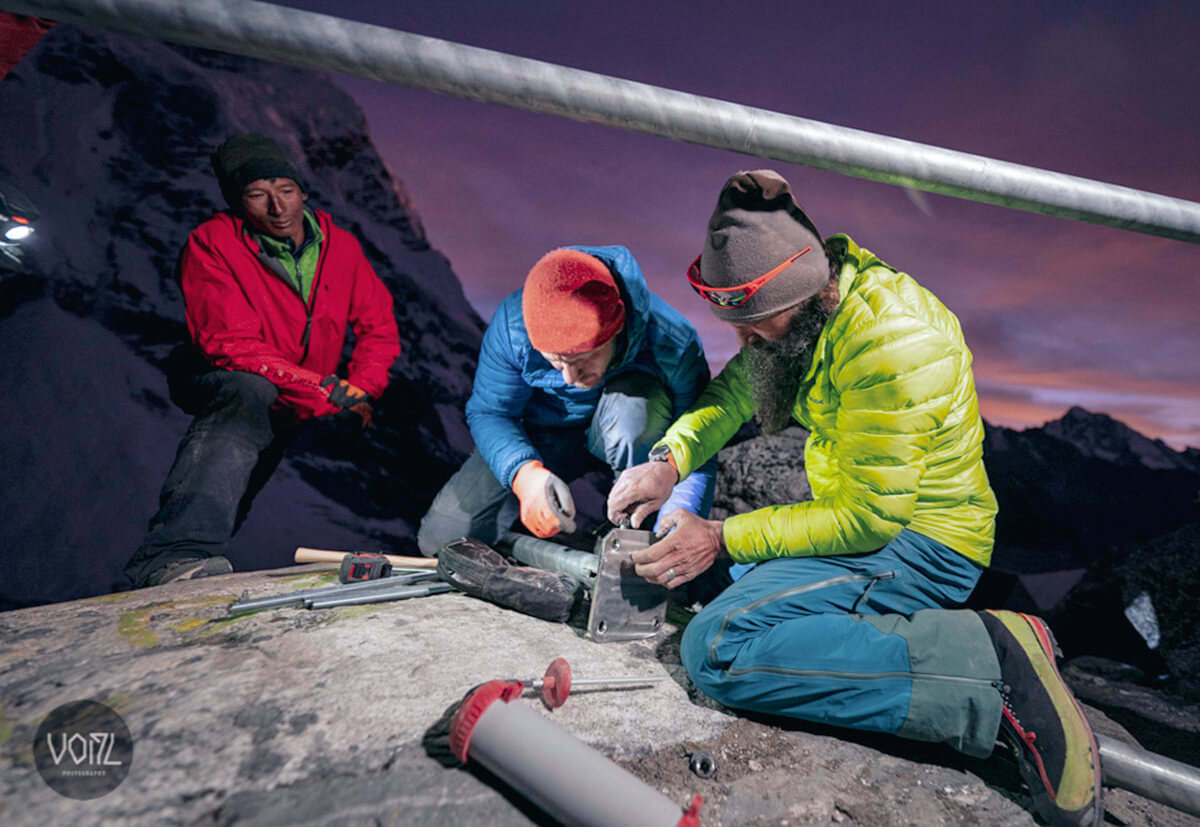 Setting up the bivouac at an altitude of 5000 metres.